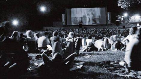Zuschauer im Freiluftkino im Volkspark Friedrichshain